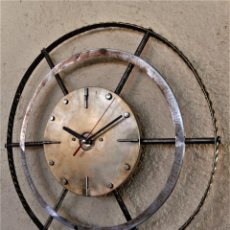Vintage: RELOJ DE PARED ARTESANAL EXCLUSIVO - D = 40 CM - TOTALMENTE METÁLICO - DISEÑO RETRO. Lote 255348345