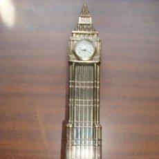 Vintage: TORRE RELOJ BIG BEN LONDRES EN BRONCE ALTURA DE LA TORRE 21 CM EL RELOJ NECESITARA PILAS. Lote 263938295