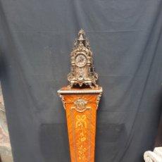 Vintage: RELOJ GRANDE DE BRONCE CON PEDESTAL. Lote 280895123
