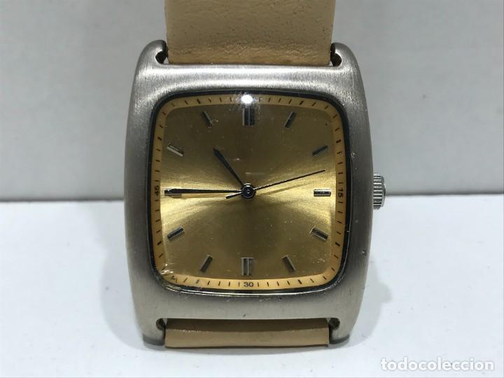 RELOJ DE PULSERA CON MOVIMIENTO DE QUARTZO CON CORREA - FUNCIONANDO (Relojes - Relojes Vintage )