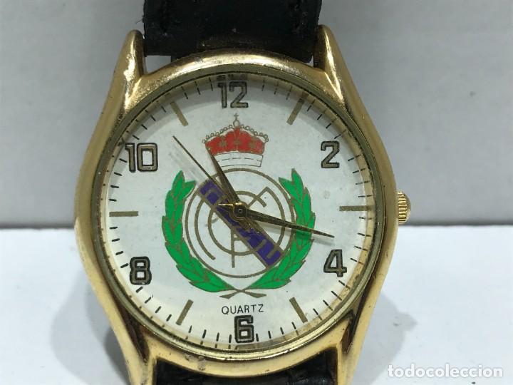 RELOJ DE PULSERA CON MOVIMIENTO DE QUARTZO CON ESCUDO DEL REAL MADRID CON CORREA - FUNCIONANDO (Relojes - Relojes Vintage )