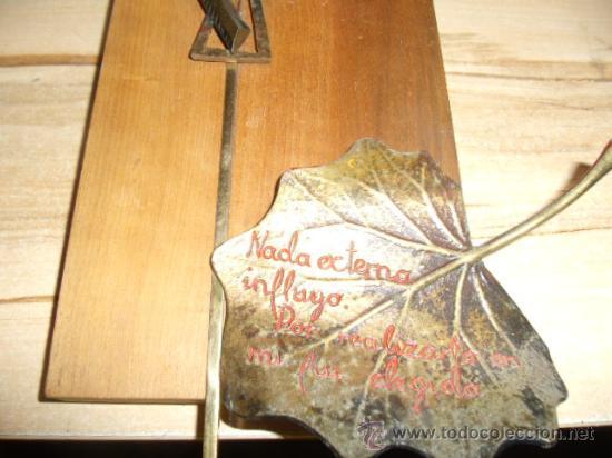 Vintage: VINTAGE - VIRGEN EN METAL SOBRE MADERA CON INSCRIPCIÓN. AÑOS 70 - Foto 3 - 29611265