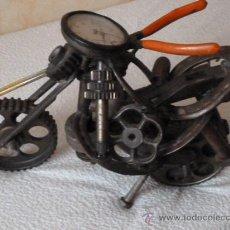 Vintage: MOTO CON PIEZAS DE RECICLAJE. Lote 35295289