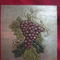 Racimo de uvas sobre tabla.