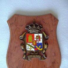 Vintage: ESCUDO AYUNTAMIENTO DE TINEO (ASTURIAS) EN BRONCE Y ESMALTADO SOBRE MADERA. Lote 38900331