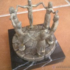 Vintage: CATALUÑA MOTIVO EN METAL CON BASE DE MARMOL HOMENAJE AL BAILE DE LA SARDANA. Lote 42658521