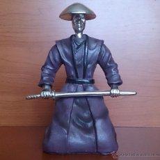 Figura de samurái Japonés con espada en resina y cromado .