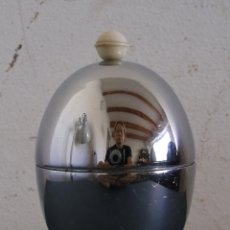 Vintage: POSA HUEVOS CON TAPA PARA MANTENER TEMPERATURA - HEATMASTER - METAL CROMADO Y BAQUELITA. Lote 45751021