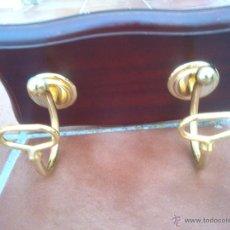 Vintage: ANTIGUO PERCHERO COLGADOR DE METAL DORADO BASE DE MADERA. Lote 106924702