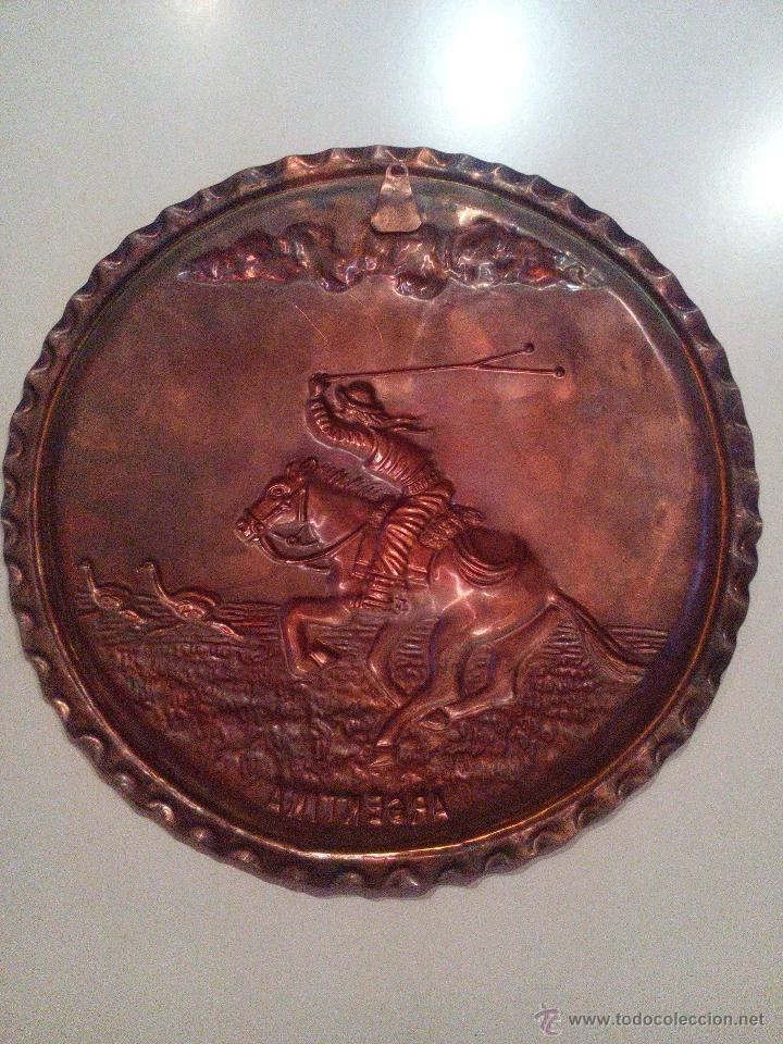 Vintage: plato decorativo. Metal labrado con imagen de un soldado a caballo. - Foto 2 - 46962155
