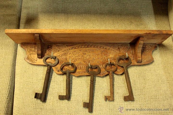 colgador de llaves en madera tallada 5 colgado comprar