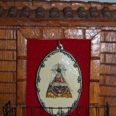 Vintage: CUELGA LLAVES CON MEDALLON DE CERAMICA VIRGEN DE LAS ANGUSTIAS DE GRANADA. Lote 48276494