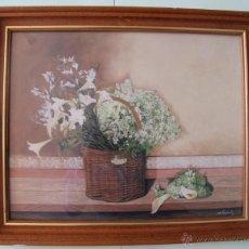 Vintage: LAMINA COMPOSICION FLORES DIVERSOS COLORES SOBRE UN CANASTO DE MIMBRE SOBRE FONDO ROSADO CON MARCO. Lote 48928853