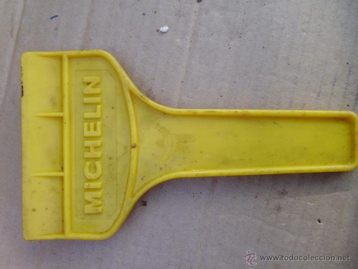 Vintage: antigua rasqueta para quitar el hielo del parabrisas de coche de MICHELIN - Foto 2 - 52290256