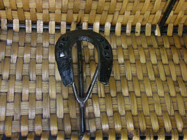 Vintage: perchero balda repisa hierro mimbre trenzado herraduras años 50 60 60x21x23cms - Foto 6 - 52674611