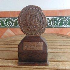 Vintage: REPRODUCCION EN GRANDE CON PEANA EN MADERA Y BRONCE DE MONEDA IBERICA CARBULA CORDOBA 28 CM. Lote 55479075