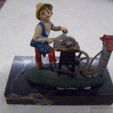 Vintage - FIGURA EN BASE DE MARMOL. AFILADOR - 57531671