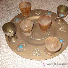 Vintage: OFERTON BONITA BANDEJA DE BRONCE CON 6 COPAS (2 METALICAS Y 4 DE MADERA NOBLE. Lote 57680291