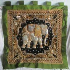 Vintage: BANDERA O BANDEROLA CON GRAN ELEFANTE CENTRAL EN RELIEVE 95 X 95 CENTÍMETROS INDIA. Lote 57913612