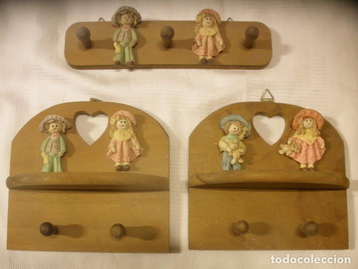 TRES PERCHAS INFANTILES,DE MADERA CON FIGURAS DE NIÑOS. (Vintage - Decoración - Varios)