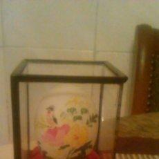 Vintage: PEQUEÑA URNA DE MADERA Y CRISTALCON UN HUEVO EN EL INTERIOR PINTADO A MANO. Lote 66506790