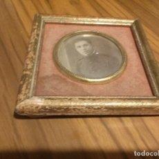 Vintage: CUADRO DE SOBREMESA. 12 X 12 CM. MARCO DE MADERA. FOTO JOVEN MILITAR. VINTAGE. RARO. Lote 68781309