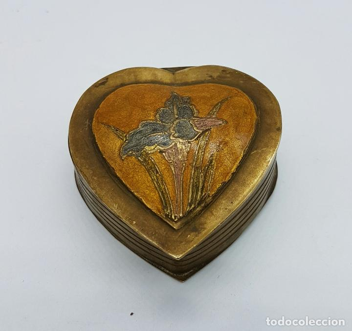 Vintage: Caja joyero antigua en bronce con forma de corazón parcialmente esmaltada, hecha en Odisha, India . - Foto 2 - 70257373