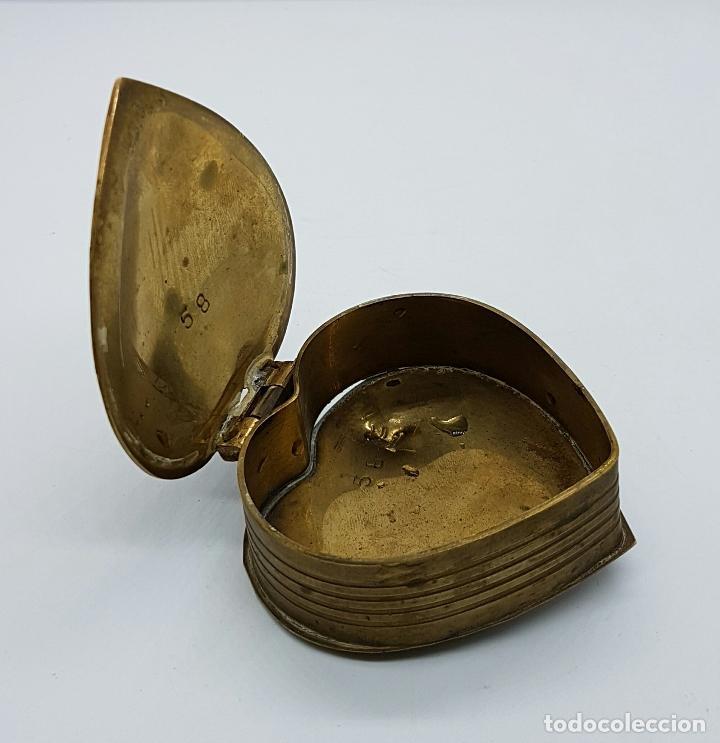 Vintage: Caja joyero antigua en bronce con forma de corazón parcialmente esmaltada, hecha en Odisha, India . - Foto 3 - 70257373