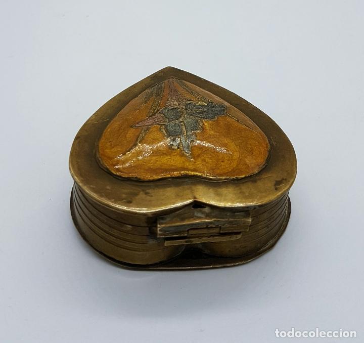 Vintage: Caja joyero antigua en bronce con forma de corazón parcialmente esmaltada, hecha en Odisha, India . - Foto 4 - 70257373
