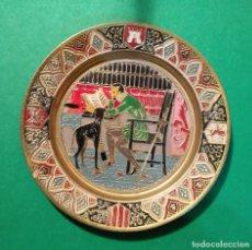 Vintage: PEQUEÑO PLATO METAL DORADO DECORADO - PREPARADO PARA COLGAR. Lote 84542952