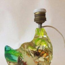 Vintage: LAMPARA DE MESA REALIZADA ARTESANALMENTE EN RESINA CON INCLUSIONES MARINAS Y COLORES FLUOR KITSCH. Lote 85352272