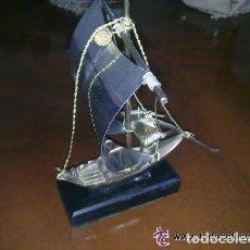 Vintage: BARCO DE METAL SOBRE PEANA DE MADERA - 20 CENTIMETROS LARGO Y ALTO . Lote 92782790