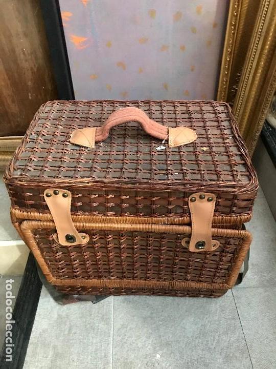 Usado, simpatica cesta de picnic en mimbre con vajilla y cubiertos segunda mano