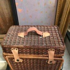 Vintage: SIMPATICA CESTA DE PICNIC EN MIMBRE CON VAJILLA Y CUBIERTOS. Lote 94748231