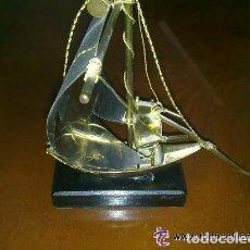 Vintage: BARCO DE METAL SOBRE PEANA DE MADERA - 20 CENTIMETROS LARGO Y ALTO . Lote 97636779