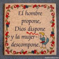 Vintage: AZULEJO DE CERAMICA, CON LEYENDA REFRAN = EL HOMBRE PROPONE, DIOS DISPONE Y LA MUJER DESCOMPONE =.. Lote 100605831
