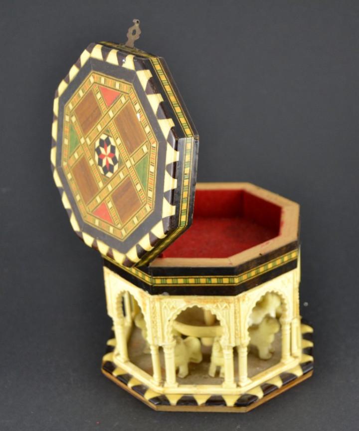 Vintage: Antigua Caja Joyero / Patio de los Leones / La Alambra Granada / Taracea Granadina / 12cm x 10,5cm - Foto 7 - 103073247