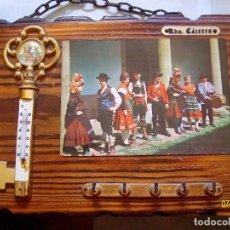Vintage: ANTIGUO PORTA LLAVES CUELGA LLAVES LLAVERO DE PARED RECUERDO DE CACERES CON TERMOMETRO. Lote 108395207
