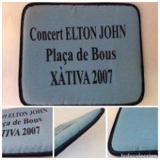Vintage: ENVÍO 8€.COJÍN HOMENAJE CONCIERTO DE ELTON JOHN EN LA PLAZA DE TOROS DE JÁTIVA EN 2007. MIDE 30X35CM. Lote 112312675