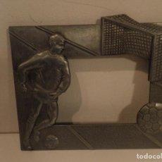 Vintage: MARCO METALICO CON JUGADOR DE FUTBOL , PORTERIA Y BALON , IDEAL PARA PONER FOTO NIÑO JUGANDO. Lote 112837087
