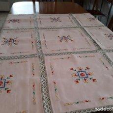 Vintage: MANTELERIA PARA CAFE ESTERILLA COLOR ROSA CON ENTREDOS COLOR BEIGE BORDADA A MANO,6 SERVILLETAS. Lote 118329031