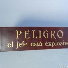 Vintage: SOPORTE MESA EN PIEL , UNICO VINTAGE SONRIA EL JEFE ESTA CONTENTO. Lote 125223784