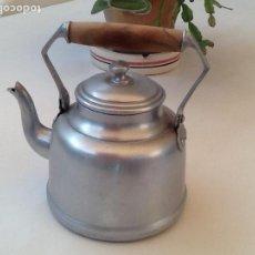 Vintage: CAFETERA ANTIGUA DE ALUMINIO Y MANGO DE MADERA. Lote 129093239