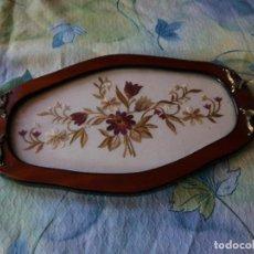 Vintage: PRECIOSA BANDEJA DE MADERA NOBLE CON BORDADO FLORAL,ASAS DE BRONCE.. Lote 129312355