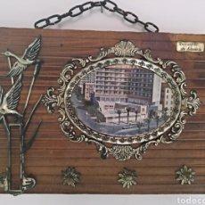 Vintage: CUELGA LLAVES MADERA RECUERDO ALMERÍA, FOTO GRAN HOTEL ALMERÍA. Lote 129521907