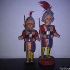 Vintage: DOS ANTIGUOS GUARDIAS DEL VATICANO ROMA OJOS DURMIENTES. Lote 130278712