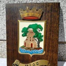 Vintage: METOPA DE MADERA Y METAL CON EL ESCUDO DE LA CIUDAD DE VIGO. Lote 130874732