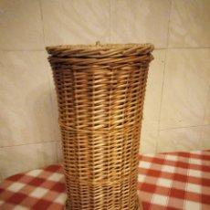 Vintage: BONITA PAPELETA DE MIMBRE CON TAPA.. Lote 135051858