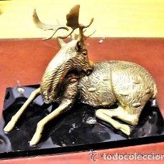 Vintage: FIGURA DE GAMO SENTADO EN METAL DORADO CON BASE DE METACRILATO. Lote 140725070