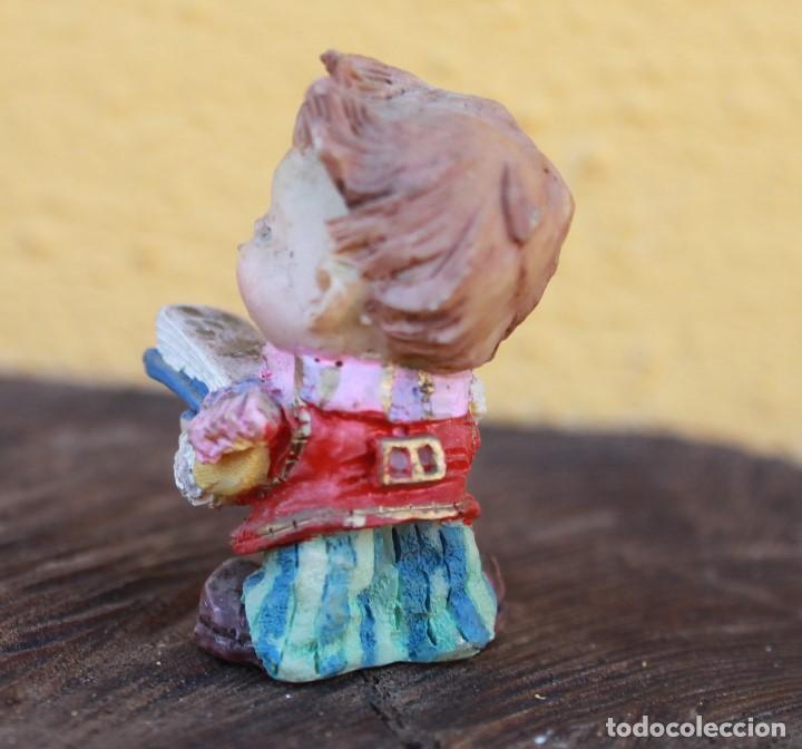 Vintage: Figurita de niño lector de resina, años 90 - Foto 2 - 142272926